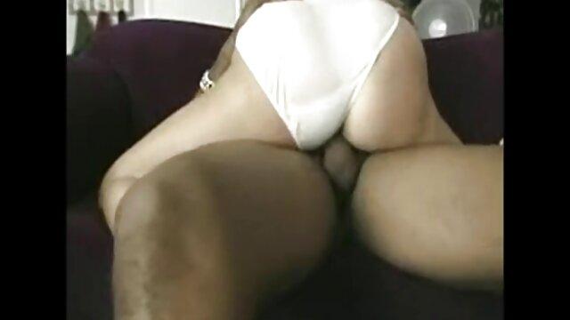 La petite Sophie Reyes a tourné sur les trio sex porn jambes d'un étalon et baisée dans une chatte rasée