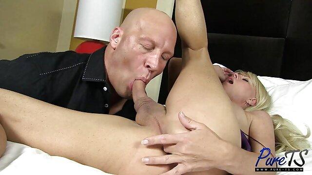 Une jeune salope des vidéos pornographiques Tiffany se branle sur le lit