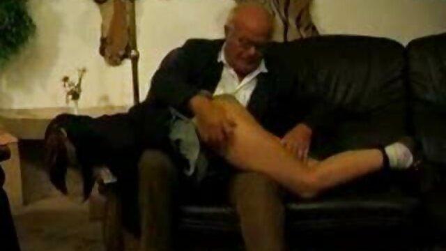Un mulâtre gonflé baise une fille sexy avec une grosse bite dans vide pprno la bouche